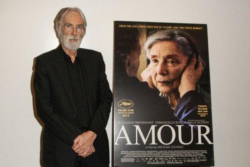 """Der Regisseur und Autor Michael Haneke mit dem Filmplakat zu """"Amour"""" Foto: © 2013 AFP"""