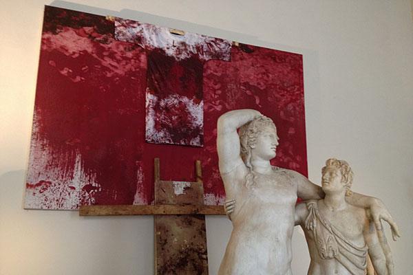 von Trenkler©:  Dionysos und Satyr bewachen Hermann Nitsch's Schüttbilder in Venedig